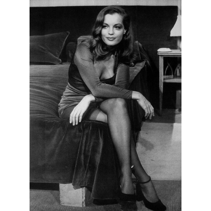 affiche romy schneider assise au bord du lit 50x70 cm planete. Black Bedroom Furniture Sets. Home Design Ideas