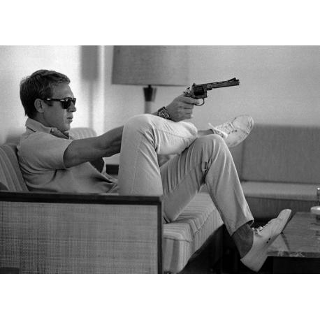 affiche steve mcqueen takes aim 50x70 cm planete. Black Bedroom Furniture Sets. Home Design Ideas