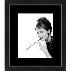 Affiche encadrée Audrey Hepburn - Fume cigarette - 24x30 cm (Cadre Tucson)