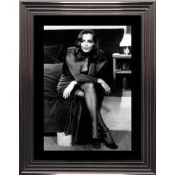 Affiche encadrée Noir et Blanc: Romy Schneider Assise au bord du lit - 50x70 cm (Cadre Glascow)