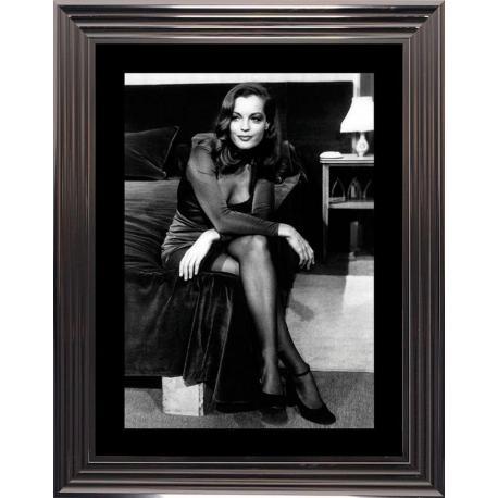 affiche encadr e noir et blanc romy schneider assise au. Black Bedroom Furniture Sets. Home Design Ideas