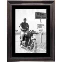 Affiche encadrée Steve Mc Queen - La Grande Evasion - moto - 50x70 cm