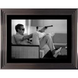 Affiche encadrée Noir et Blanc: Steve McQueen - Takes aim - 50x70 cm (Cadre Glascow)